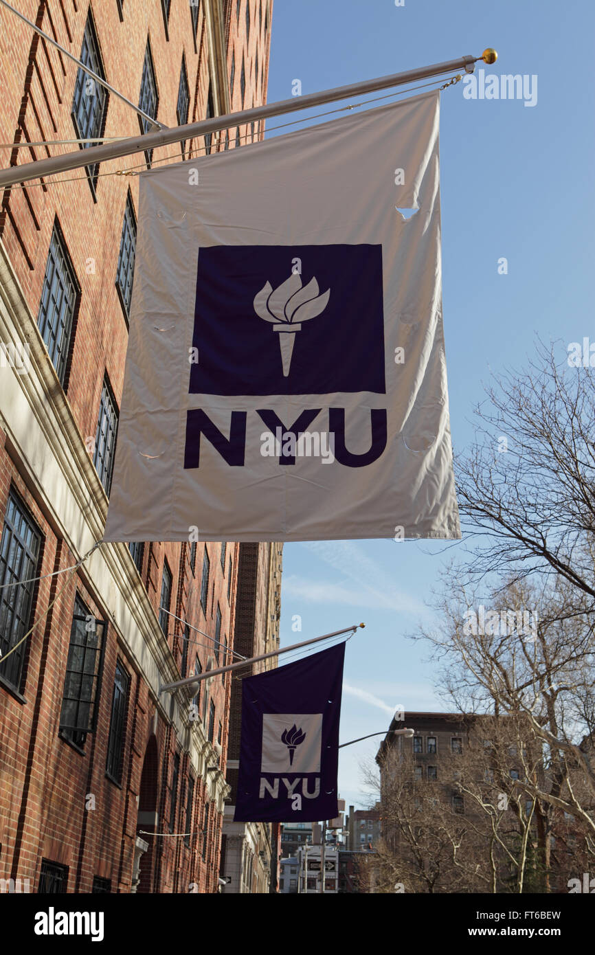 New York University Gebäude mit der lila NYU Logo Fahne hängen vor dem Eingang Stockbild