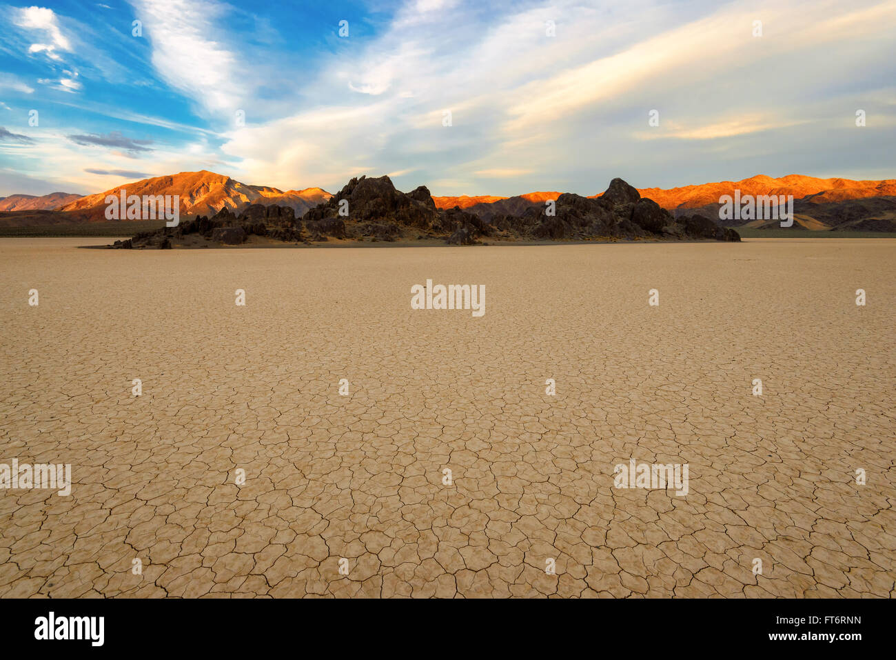 Sonnenuntergang am Racetrack Playa in Death Valley Nationalpark Stockbild