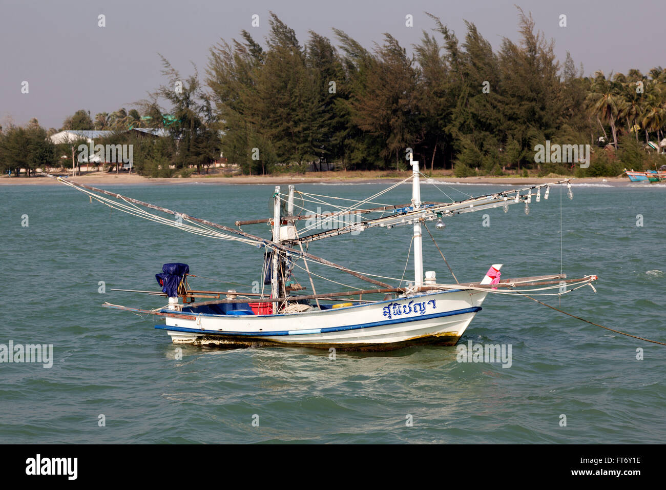 Eine kleine Thai Fischerboot für die Küstenfischerei von Lamplights (Ao Khlong Wan - Prachuap Khiri Khan Stockbild