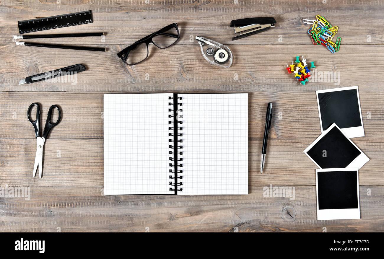 Büro- und Schulbedarf liefert auf Holztisch Hintergrund. Offenes ...