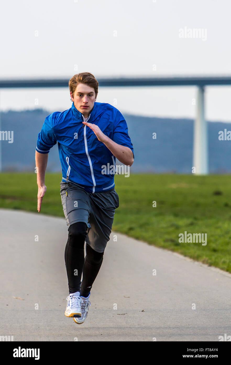 Junger Mann macht Sport im Freien, Fitness-Training, laufen, Sprint, Stockfoto