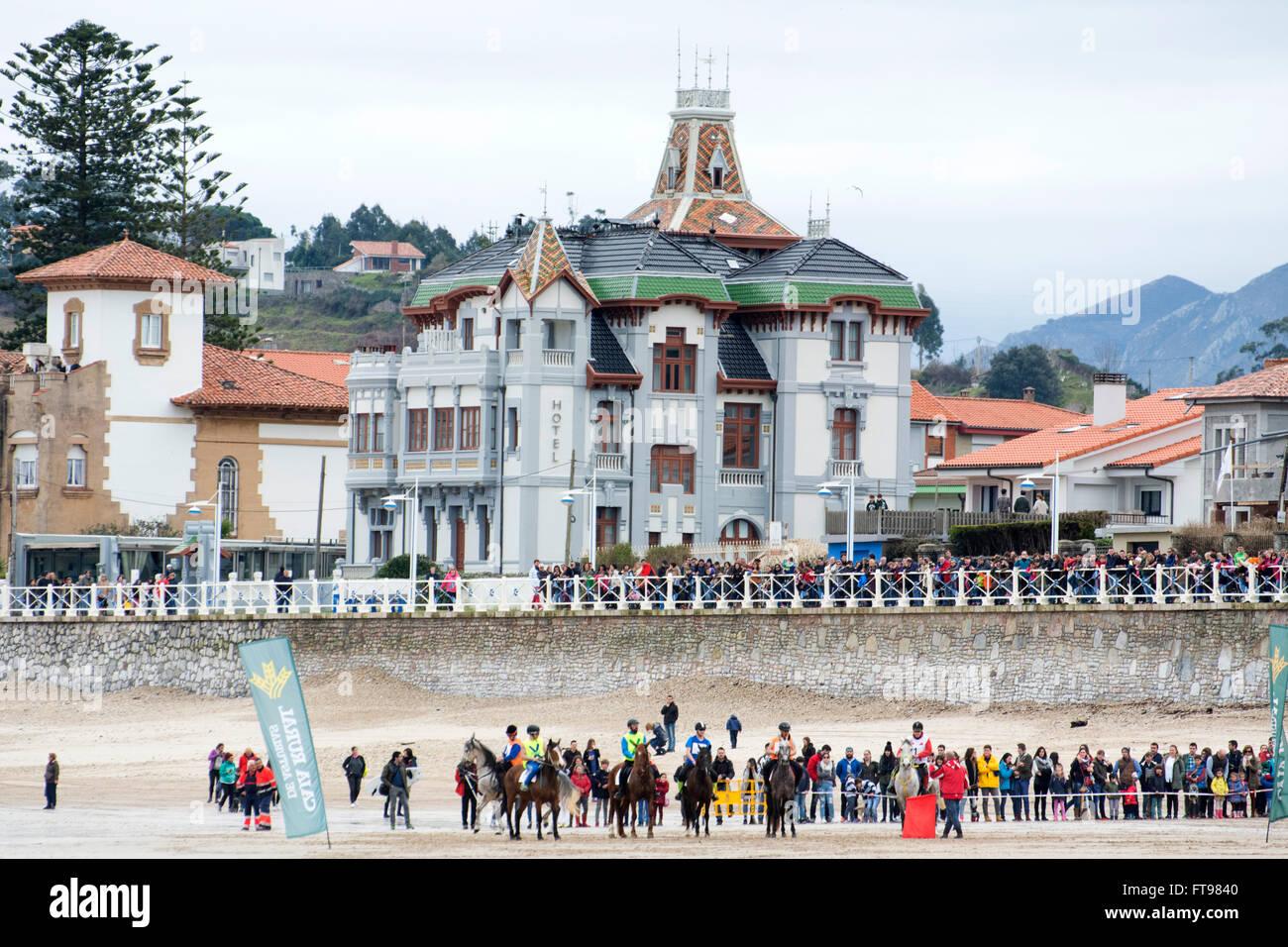 Ribadesella, Spanien. 25. März 2016. Die Pferde nach dem Start des ersten Rennens der Pferderennen am Strand Stockbild