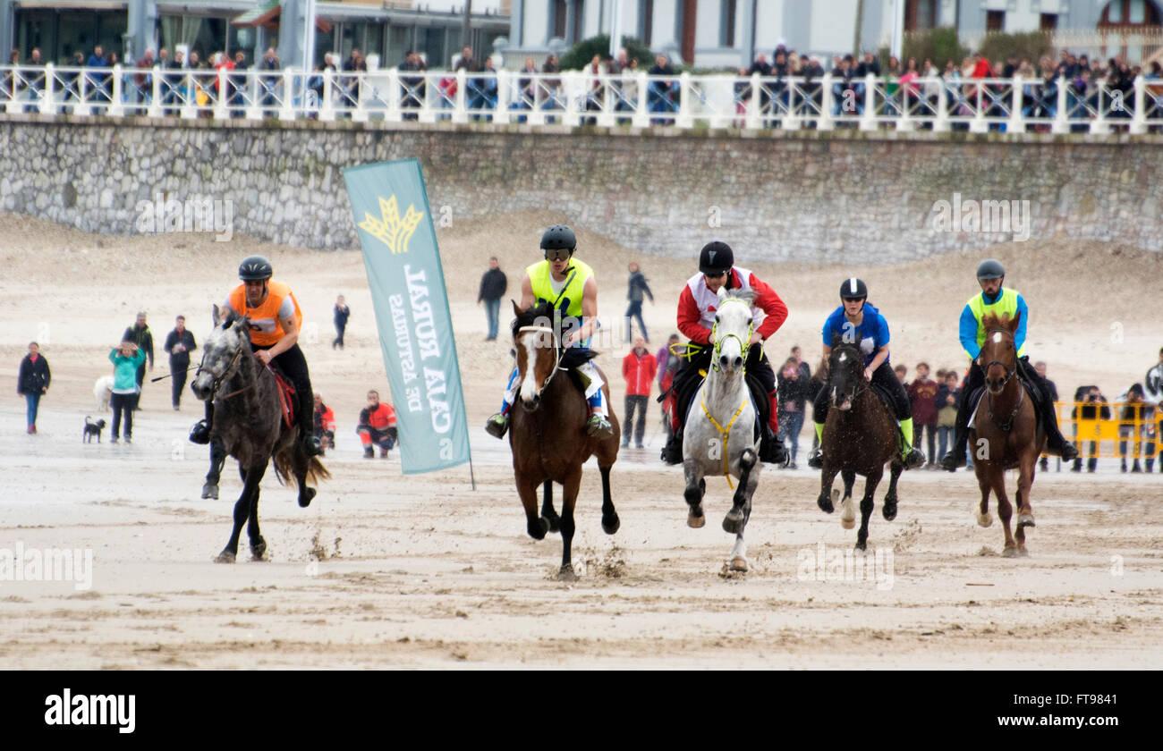 Ribadesella, Spanien. 25. März 2016. Der Star des ersten Rennens der Pferderennen im Santa Marina Beach am Stockbild