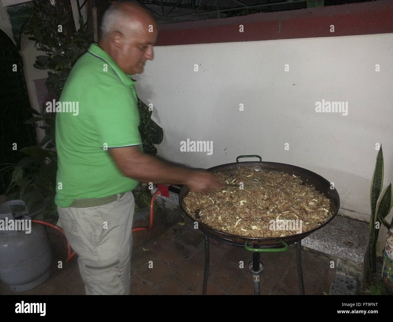 Typische kubanische Küche. Weihnachten-Grill. Huhn, Reis, Gemüse und ...