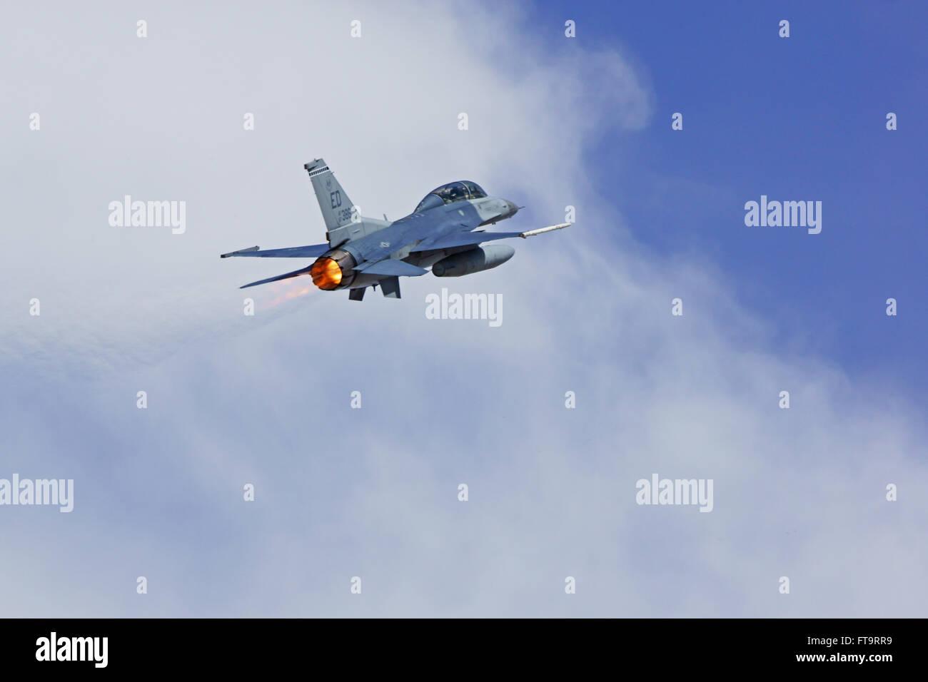 Gemütlich Verkehrsflugzeug Fliegen Durch Drahtziehen Bilder ...