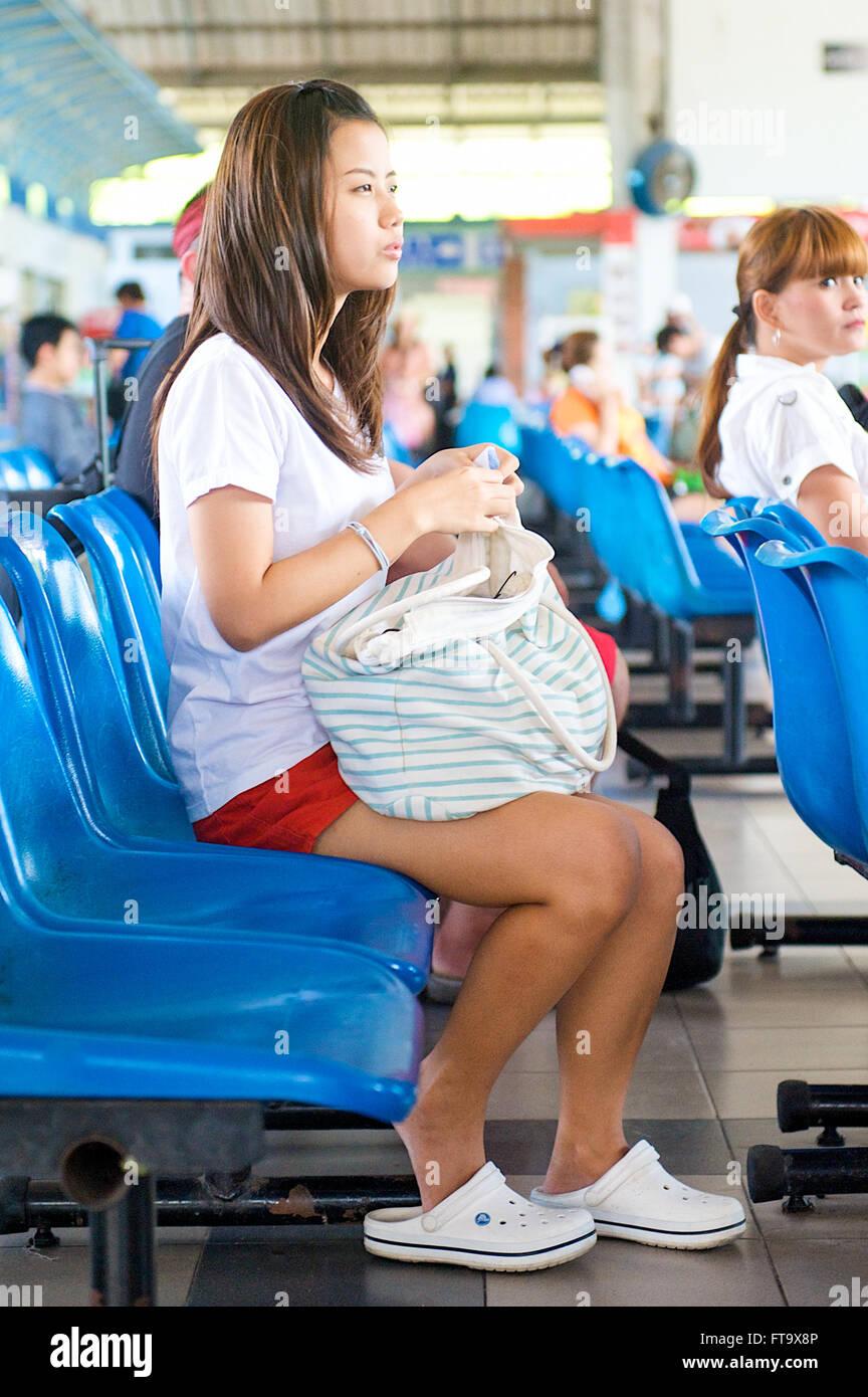 Mädchen nackt an bushaltestelle