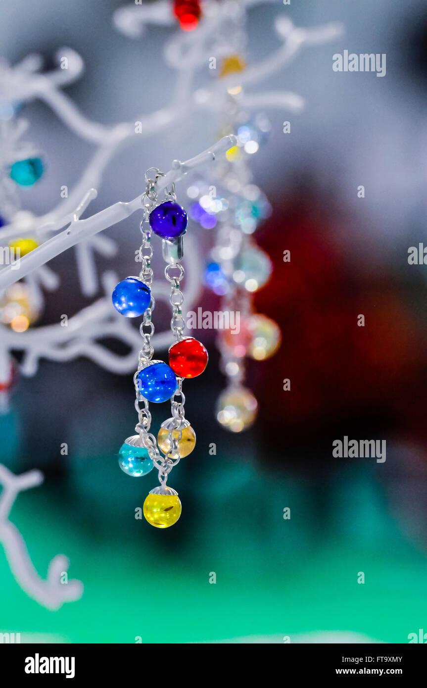 Hausgemachte Edelstein Kristall Schmuck auf dem Display an einem Marktstand, die angeblich heilende Kräfte Stockbild