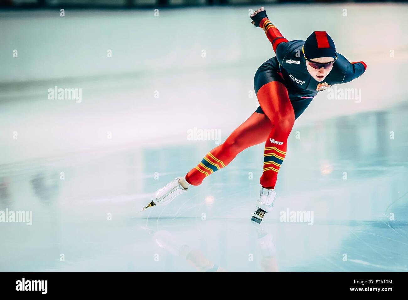 Tscheljabinsk, Russland - 15. Oktober 2015: Sportlerin Speedskater Track läuft beim Cup of Russia auf Eisschnelllauf Stockbild