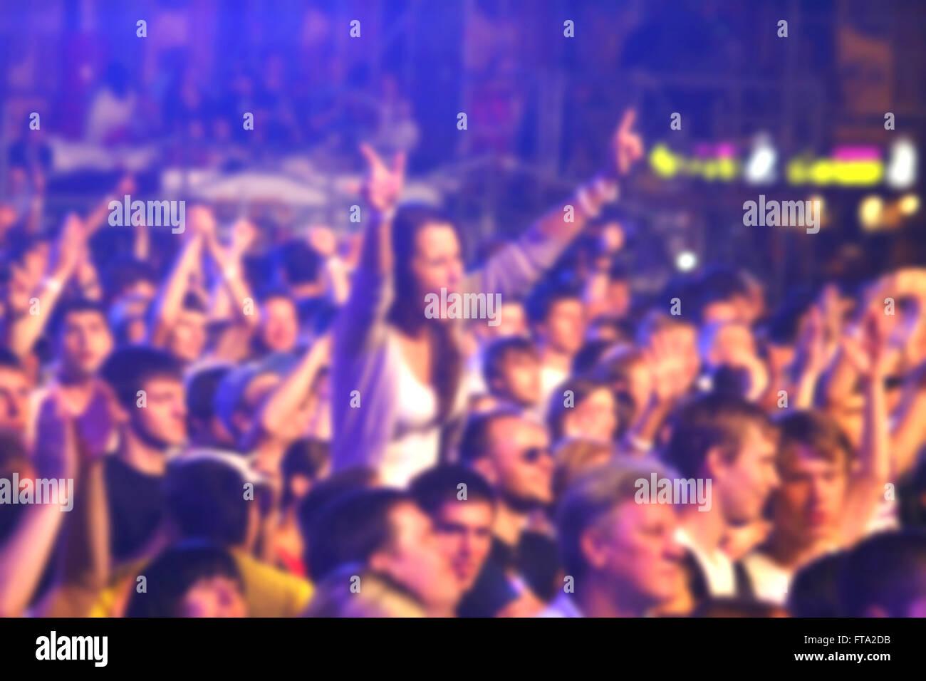 Verschwommene unkenntlich Menschen tanzen während Rock-Konzert Stockbild