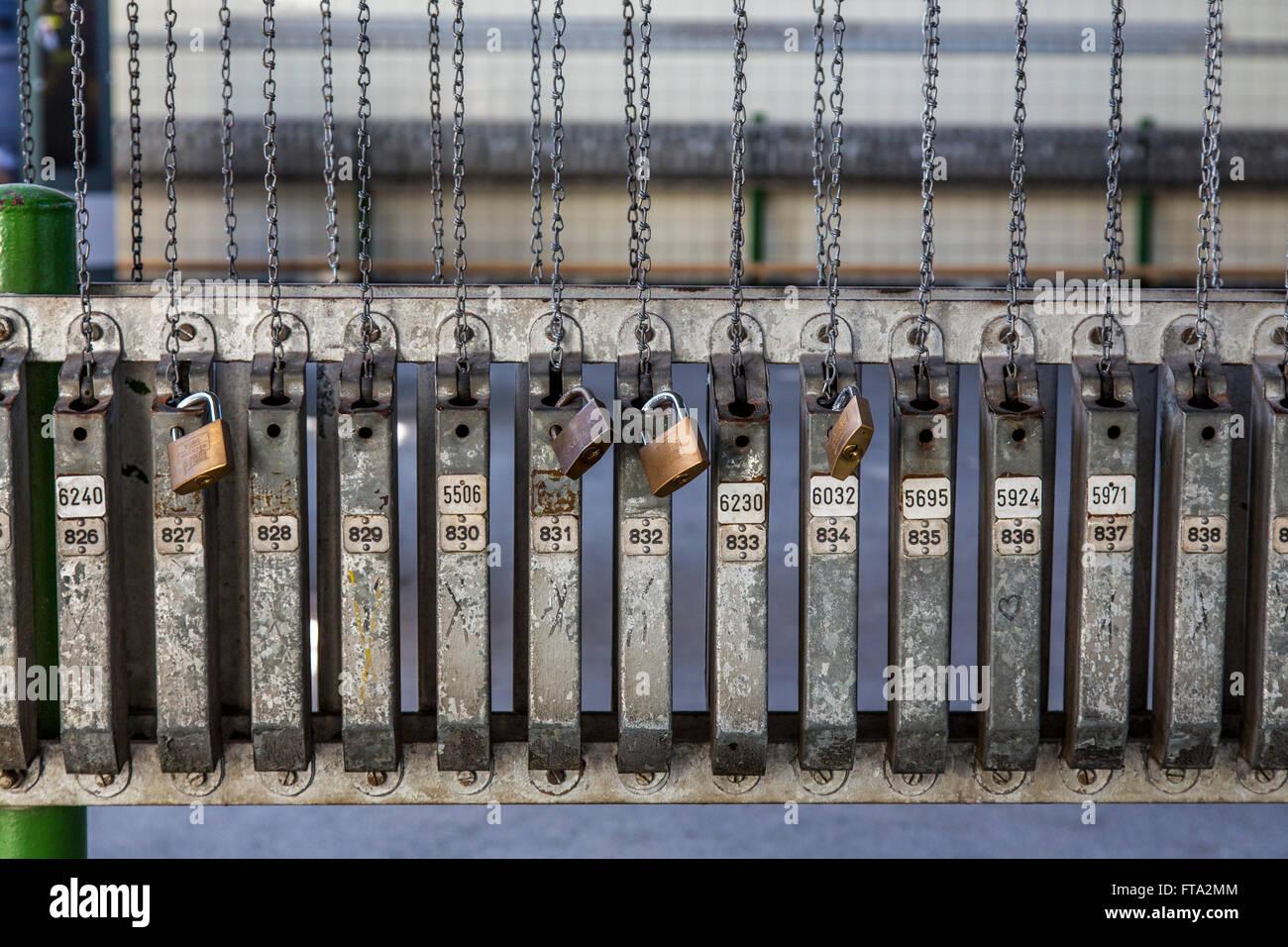 Die Hansa Kokerei in Dortmund, Deutschland, heute ein Museum, Industriedenkmal, Zechenhaus Bad, Umkleide, Ketten, Stockbild