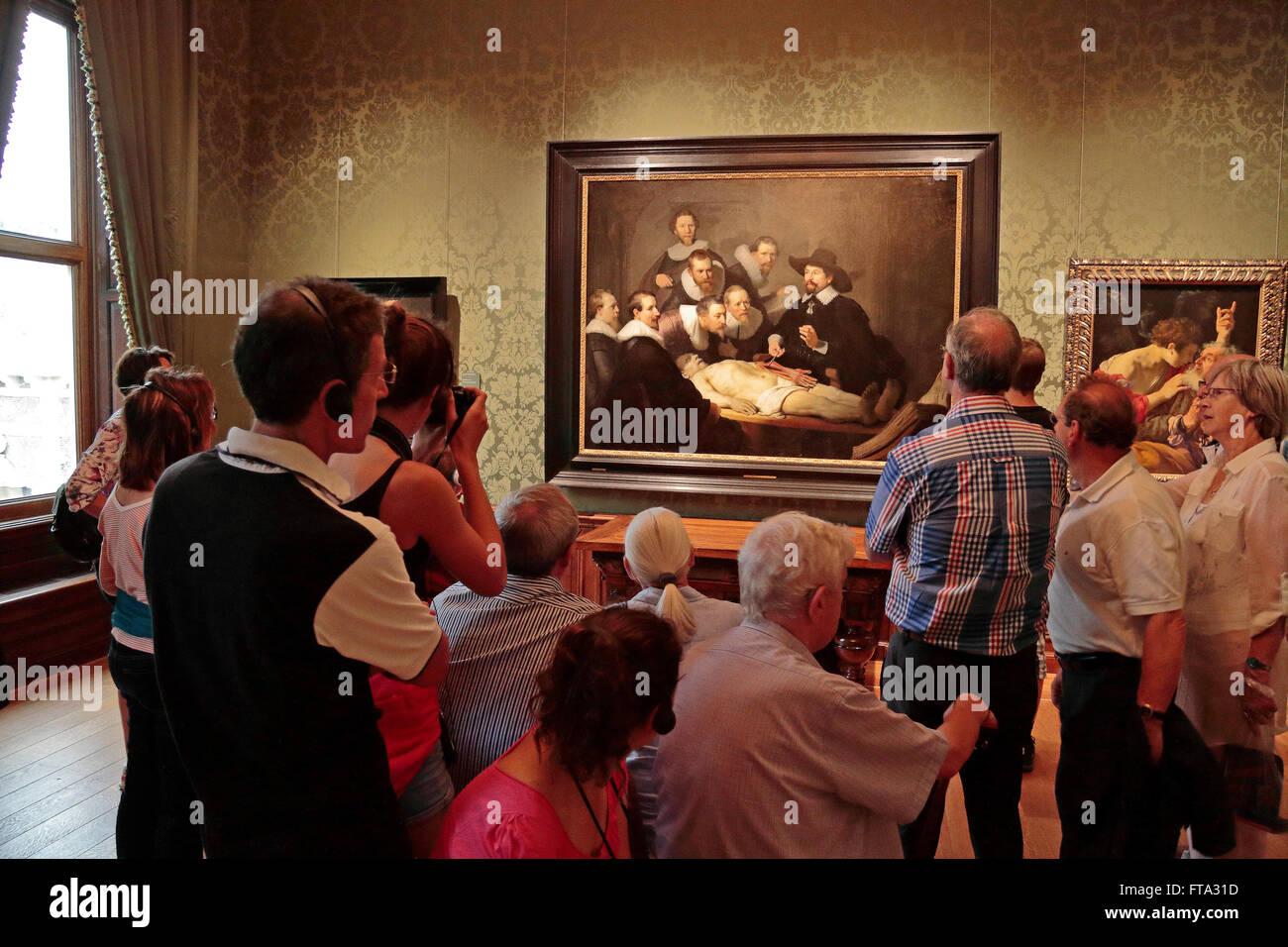 Besucher bewundern \'The Anatomy Lektion von Dr. Nicolaes Tulp\' von ...