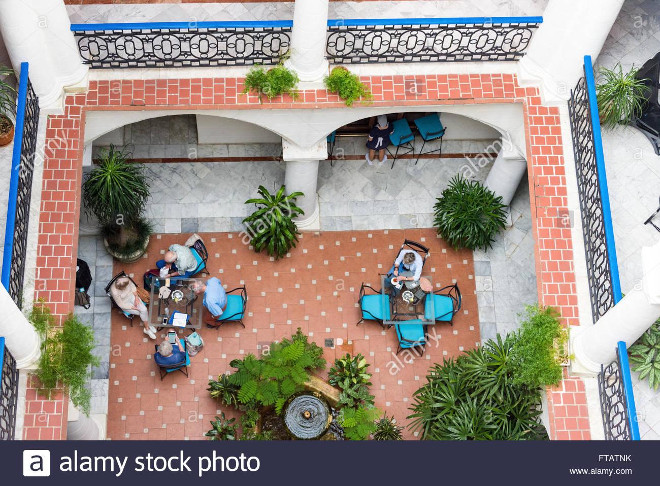 Heilige Elisabeth oder Santa Isabel Hotel Interieur-Details: Touristen sitzen im Colonial Restaurant entwickelt. Stockbild