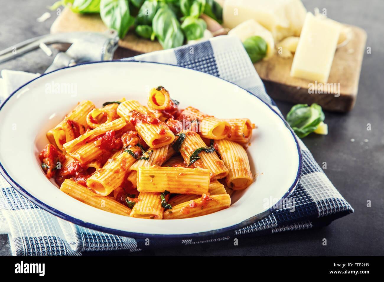 Nudeln. Italienische und mediterrane Küche. Pasta Rigatoni mit ...