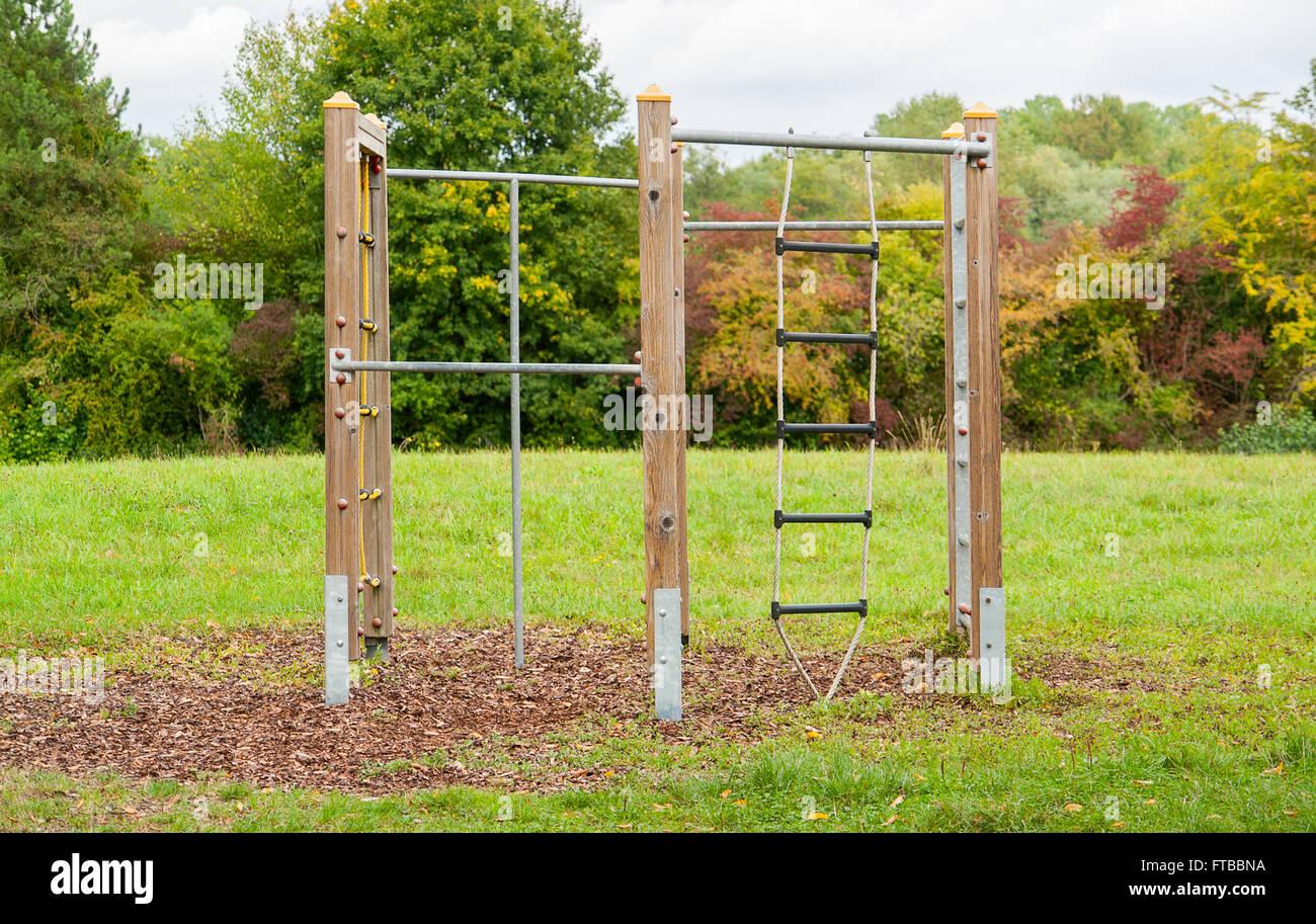 Klettergerüst Metall Spielplatz : Spielplatz im freien landschaft mit klettergerüst rasen und