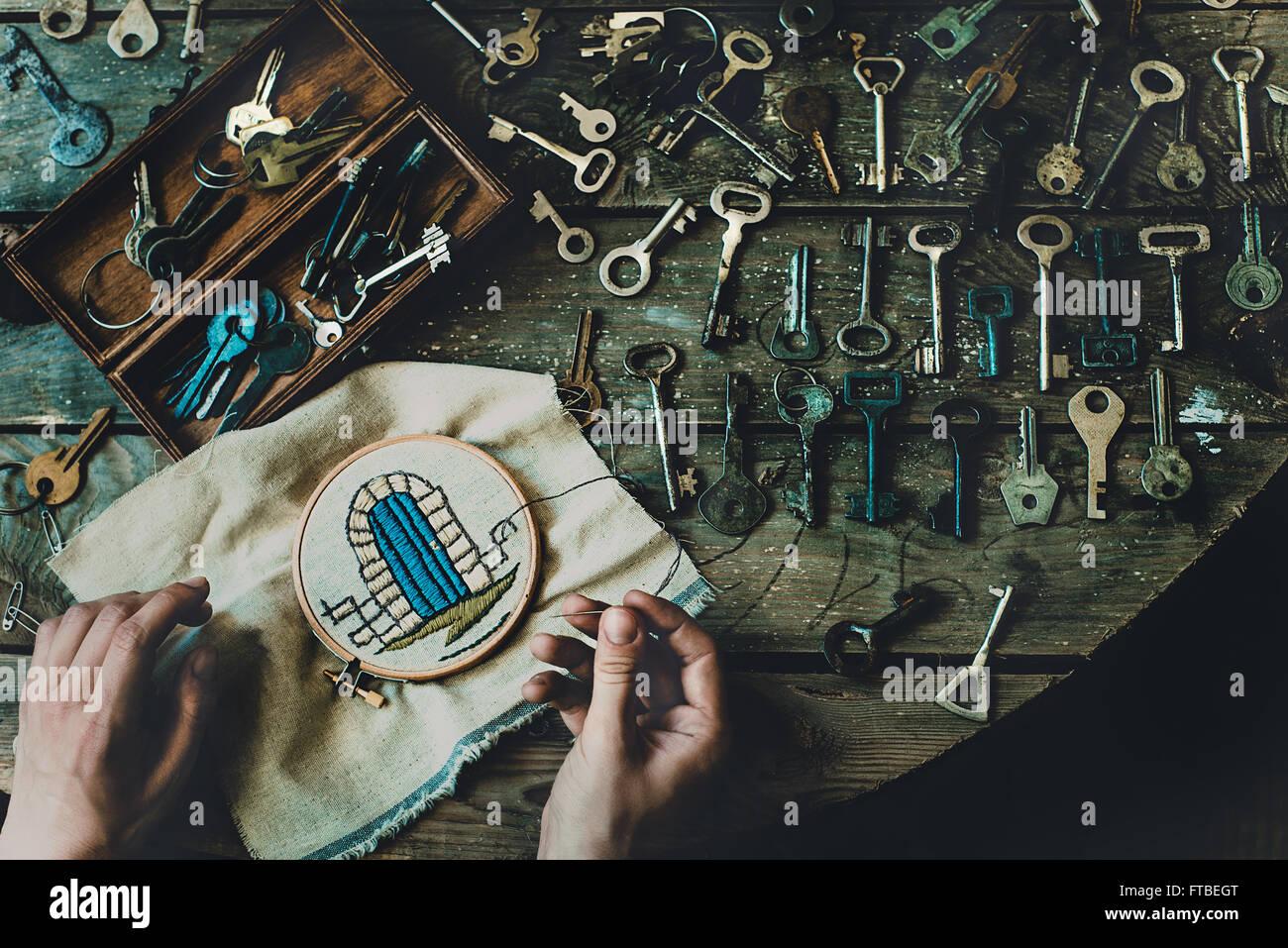 Wes Anderson von oben Draufsicht Hände Tasten Stickereien Handarbeiten gesperrten Prinzessin im Turm Nadel Stockbild
