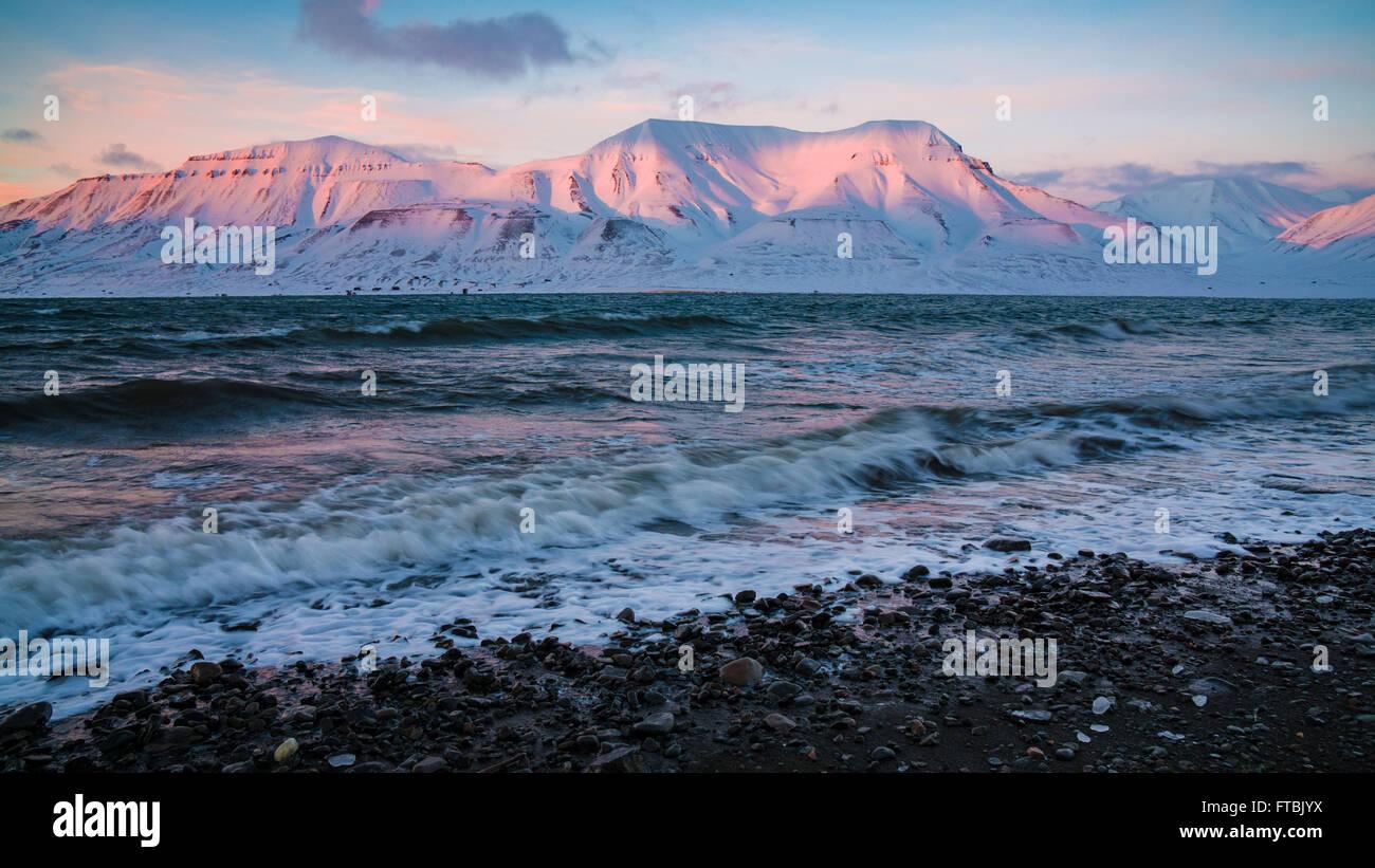 Sonnenuntergang Küste am Sjøskrenten Strand mit Blick auf Hiorthfjellet, Spitsbergen, Longyearbyen, Svalbard Stockbild