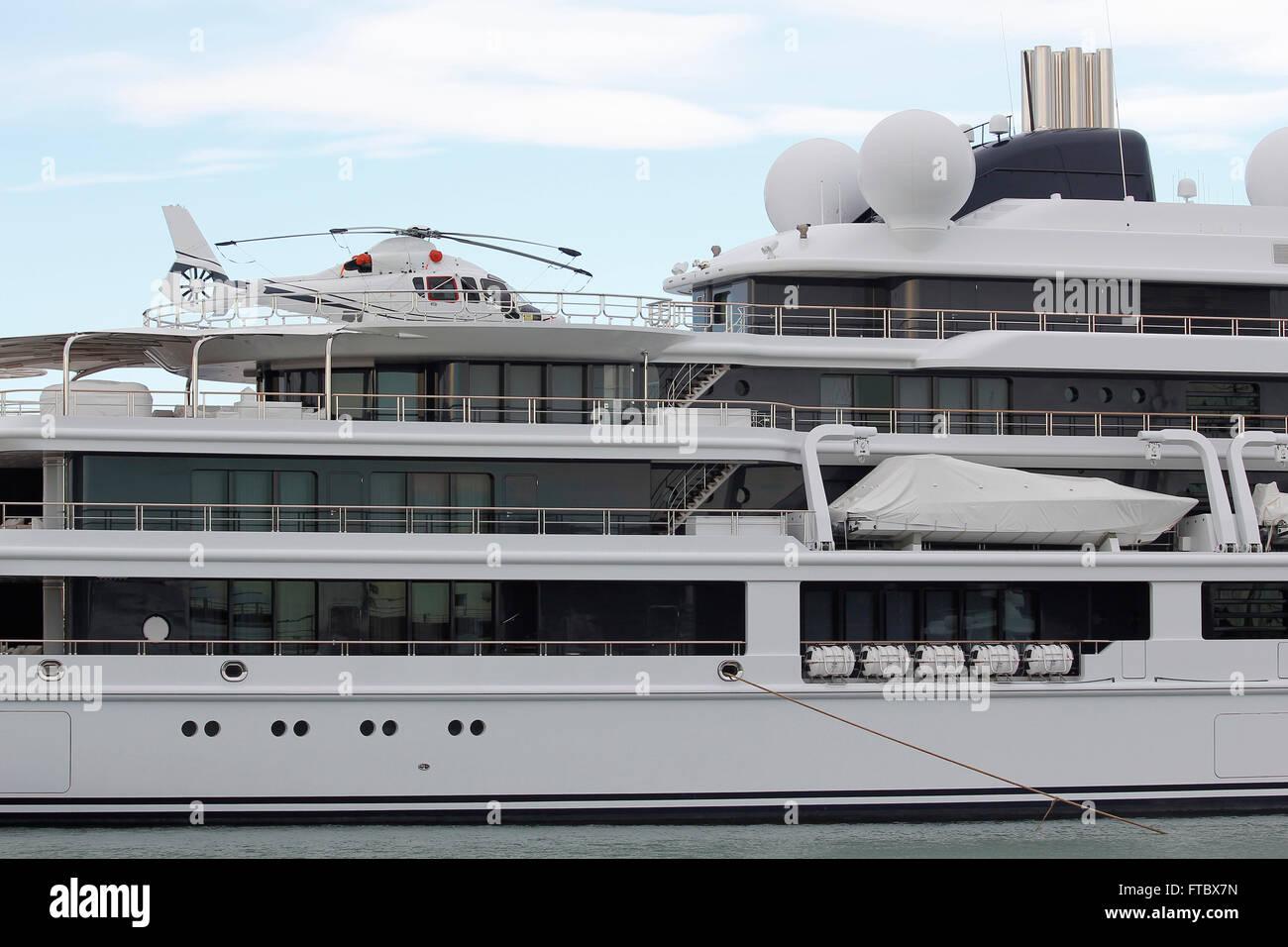 luxus yacht mit hubschrauber vor anker am hafen stockfoto bild 101065657 alamy. Black Bedroom Furniture Sets. Home Design Ideas
