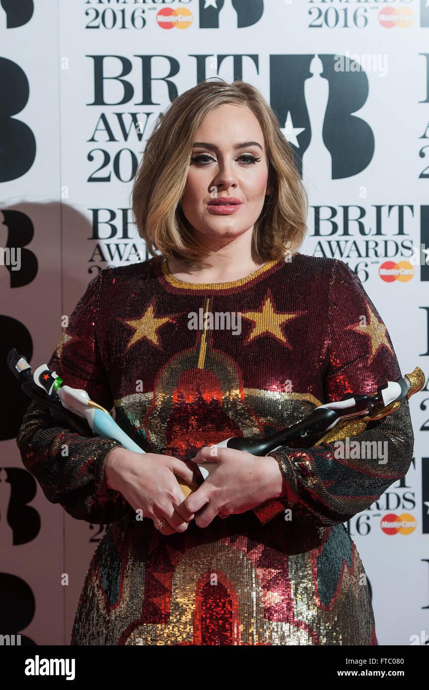 2016 statt BRIT Awards in der O2 - Gewinner Bretter.  Mitwirkende: Adele Adkins Where: London, Vereinigtes Königreich Stockbild