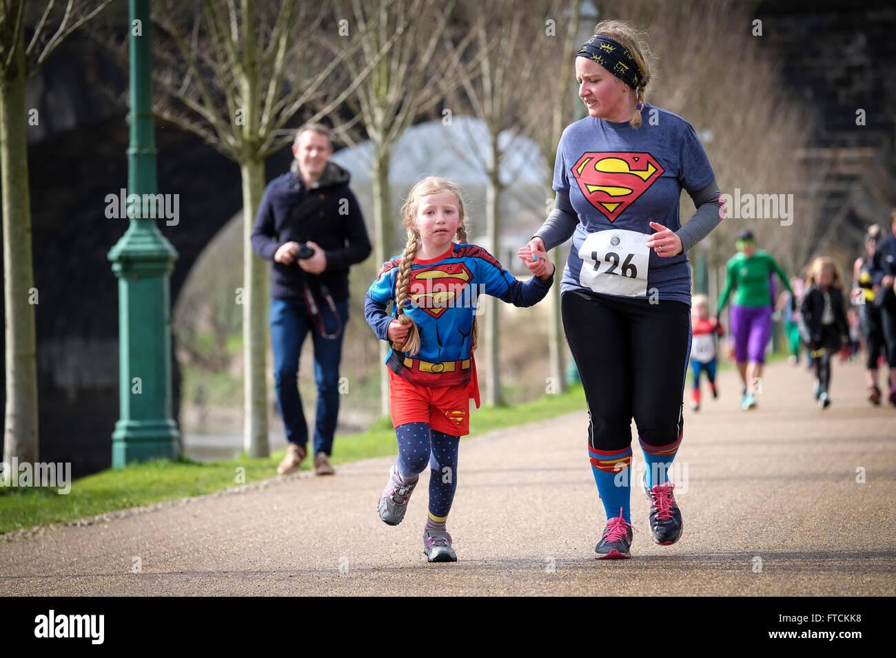 Mutter und Tochter, die Teilnahme an Superhelden-Charity-Rennen Stockfoto