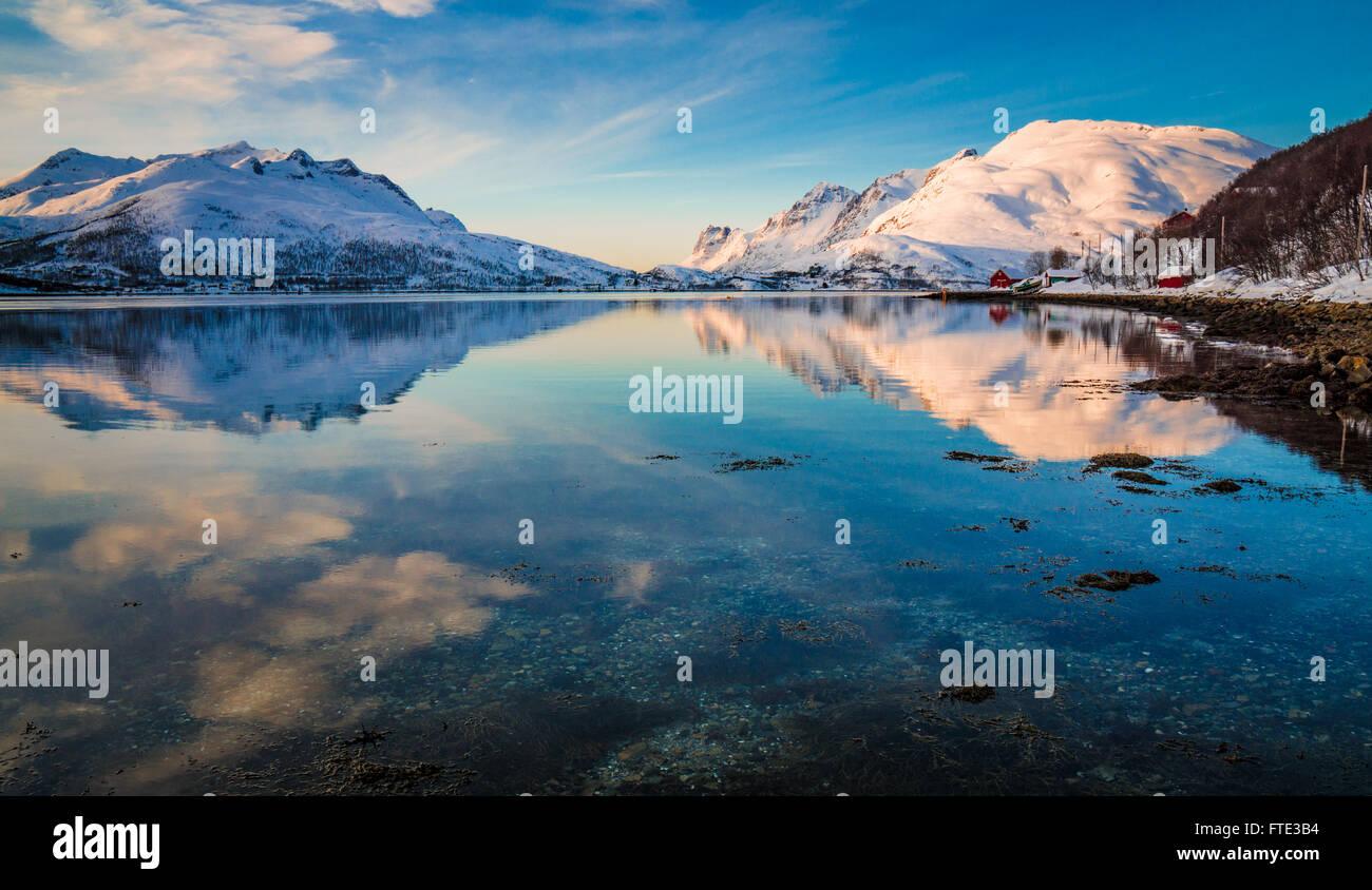 Verschneite Winterlandschaft in Kaldfjord, Kvaløya, Norwegen Stockbild