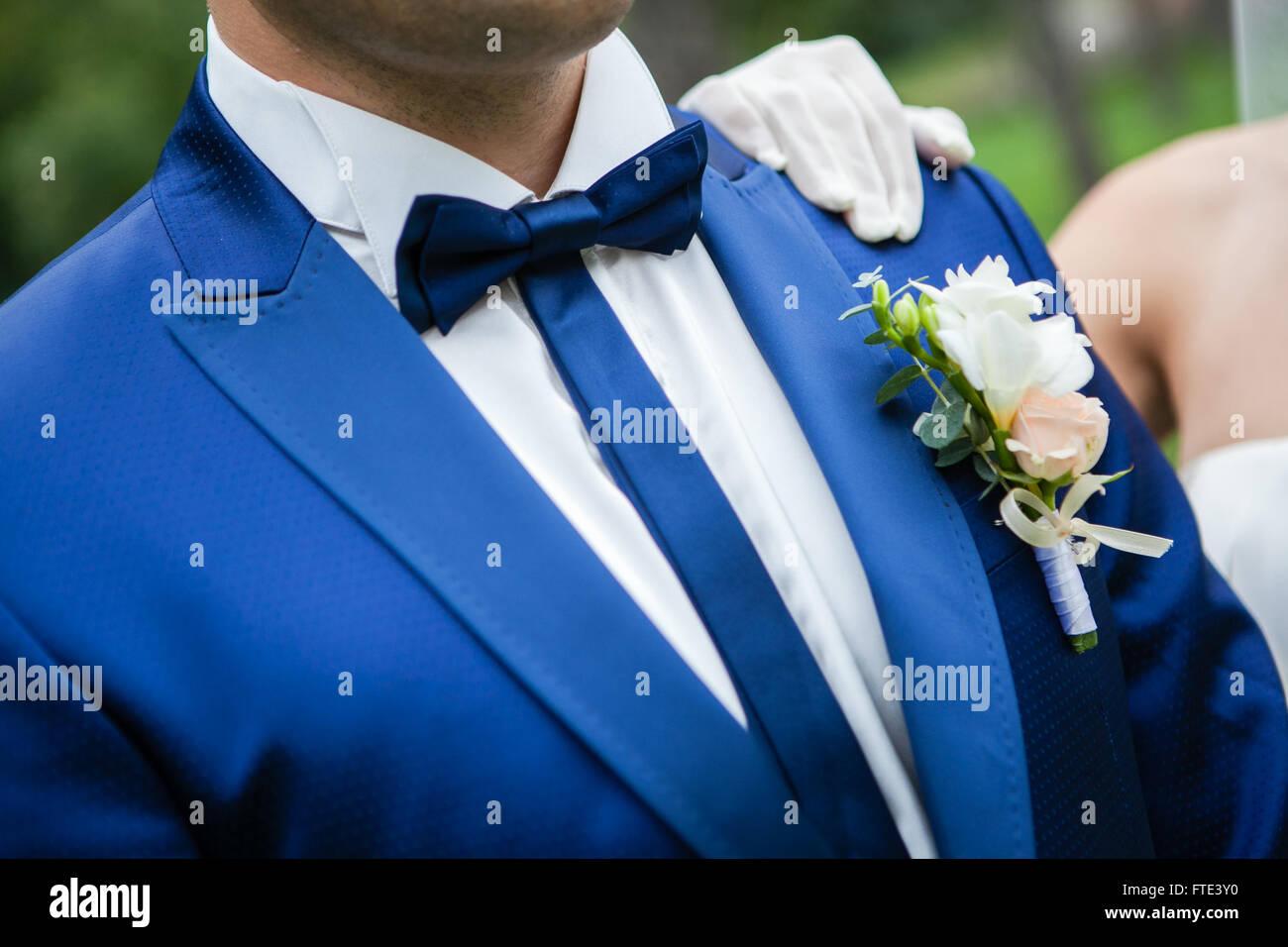 Der Brautigam In Einem Blauen Anzug Mit Fliege Und Knopfloch Am