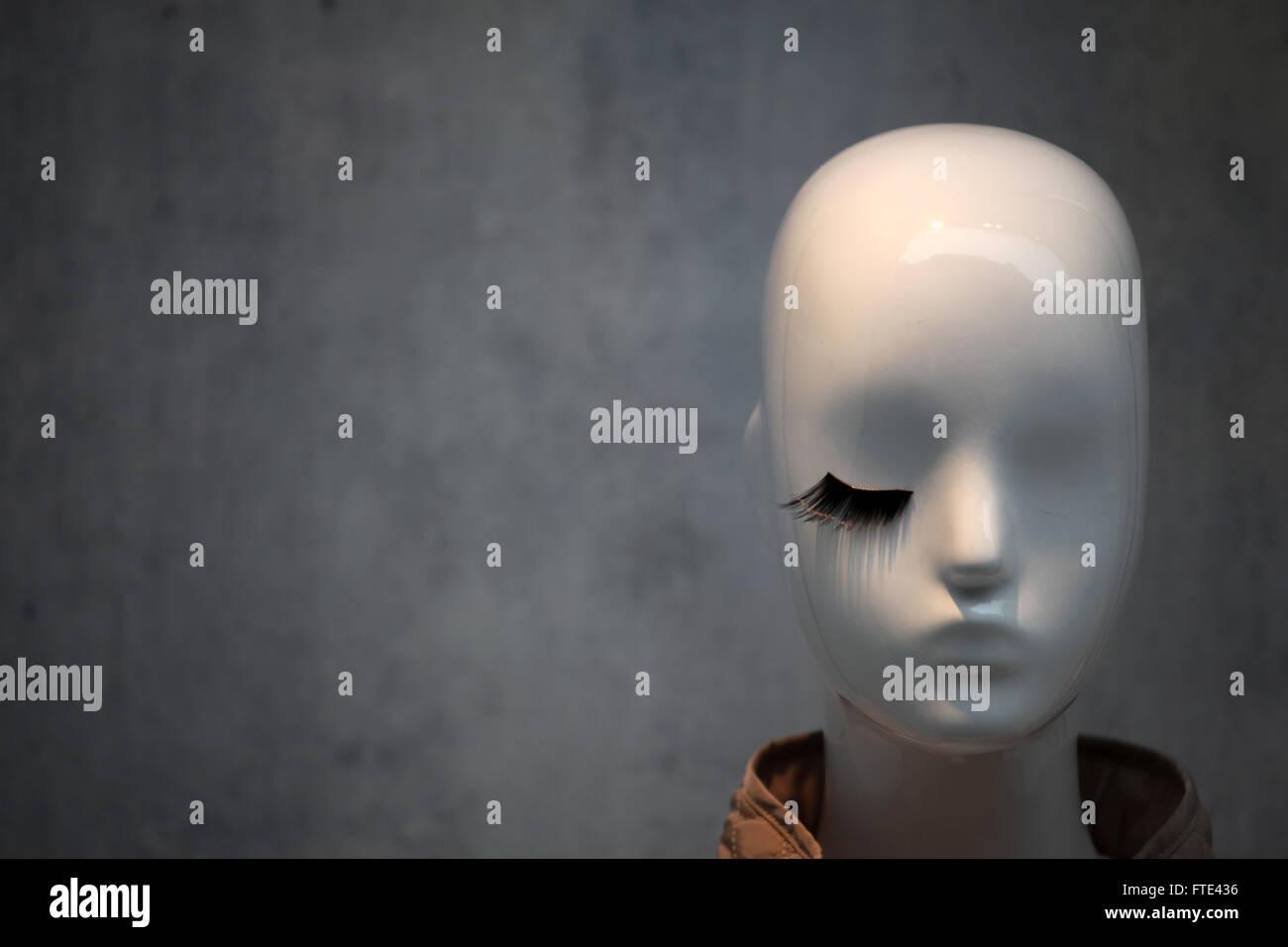 Weiße Schaufensterpuppe Kopf mit einem schwarzen Wimpern. Stockbild