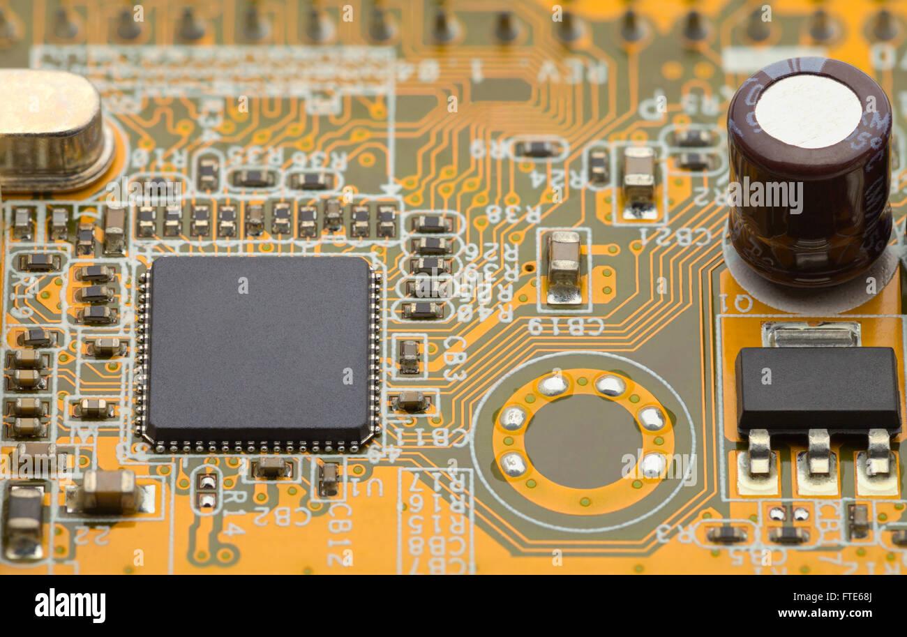 Nahaufnahme von Microchip auf gelb grüne Leiterplatte. Stockbild