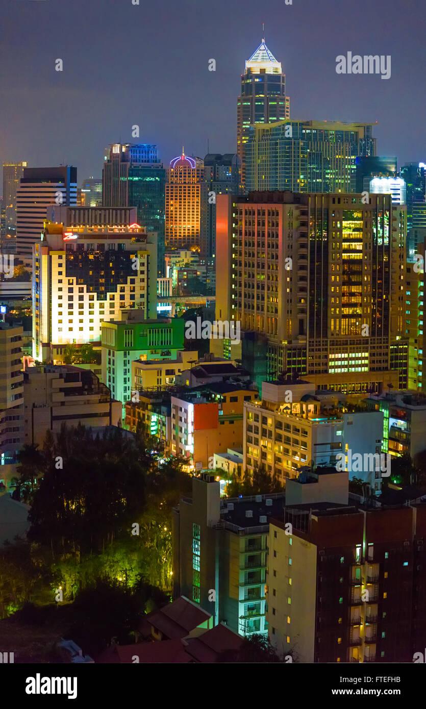 Bangkok-Bürogebäude in der Nacht Stockbild