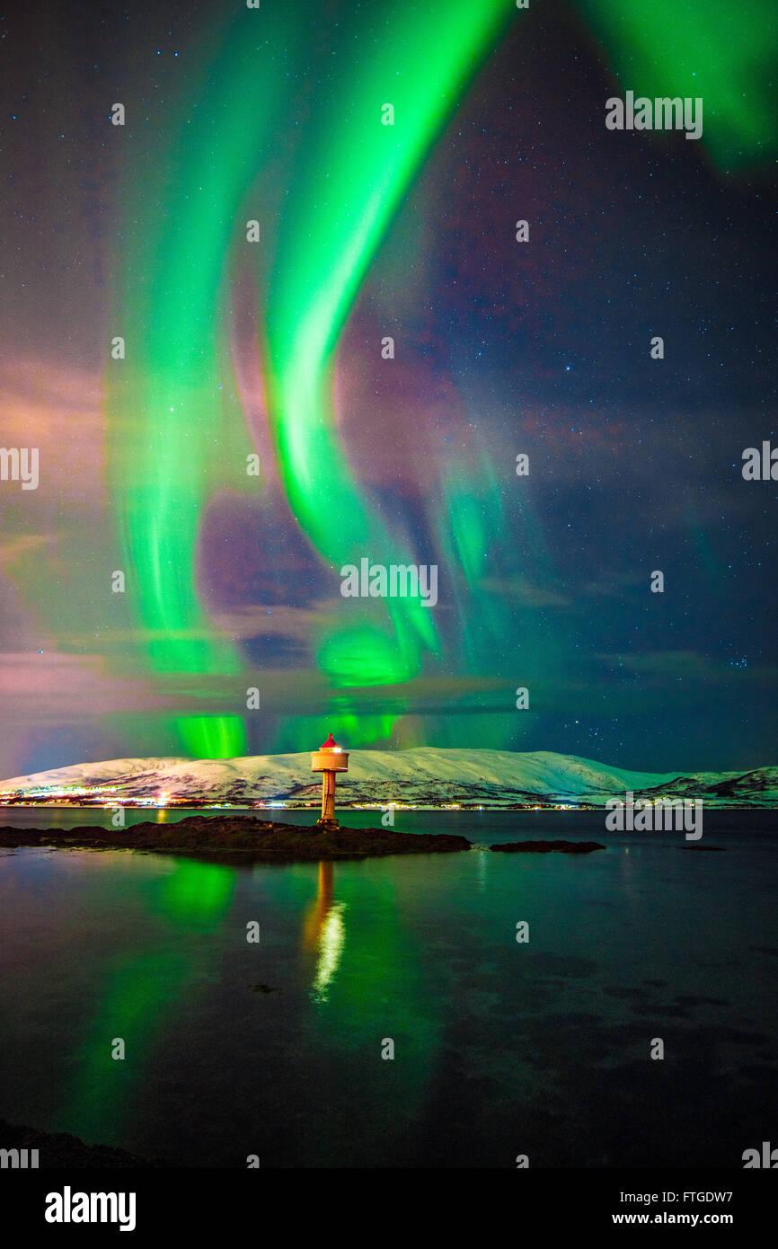 Aurora Borealis tanzen über Fjord, Tromsö Nordnorwegen Stockbild