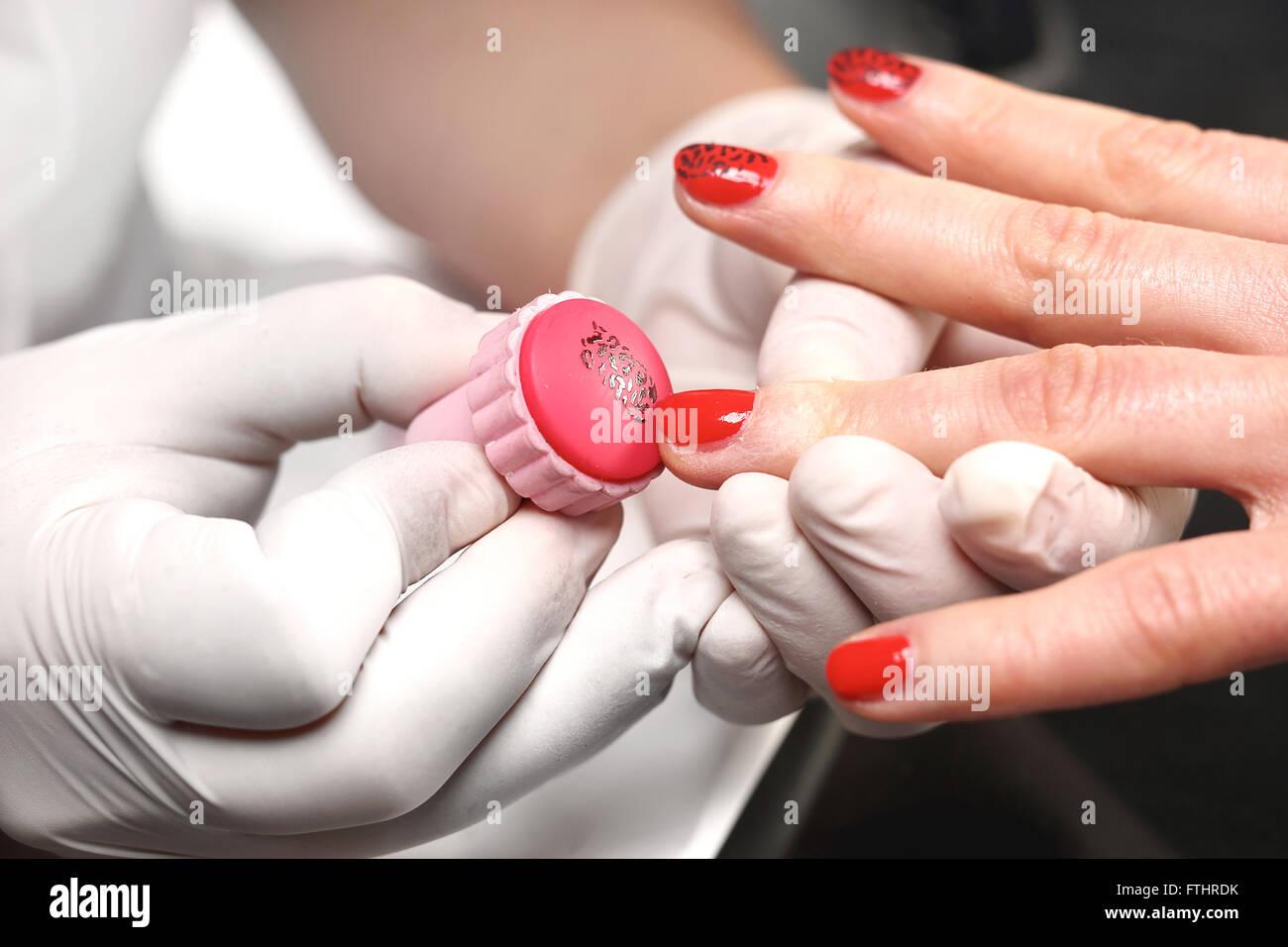 Faszinierend Nägel Muster Foto Von Briefmarken-nagel-kosmetikerin Gilt Den Lack Auf Plaque. Verzierung