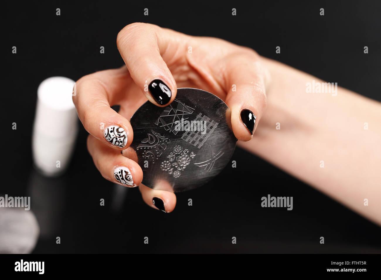 manikre muster auf den ngeln manikre ngel verzieren lamellen briefmarken nagel kosmetikerin gilt den lack auf tafel - Nagel Muster