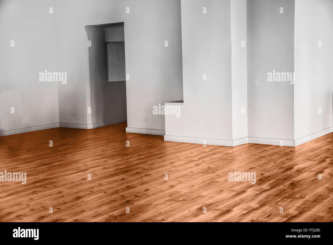 Blick auf leere unmöblierte Zimmer mit Parkett und weißen Wänden Stockbild