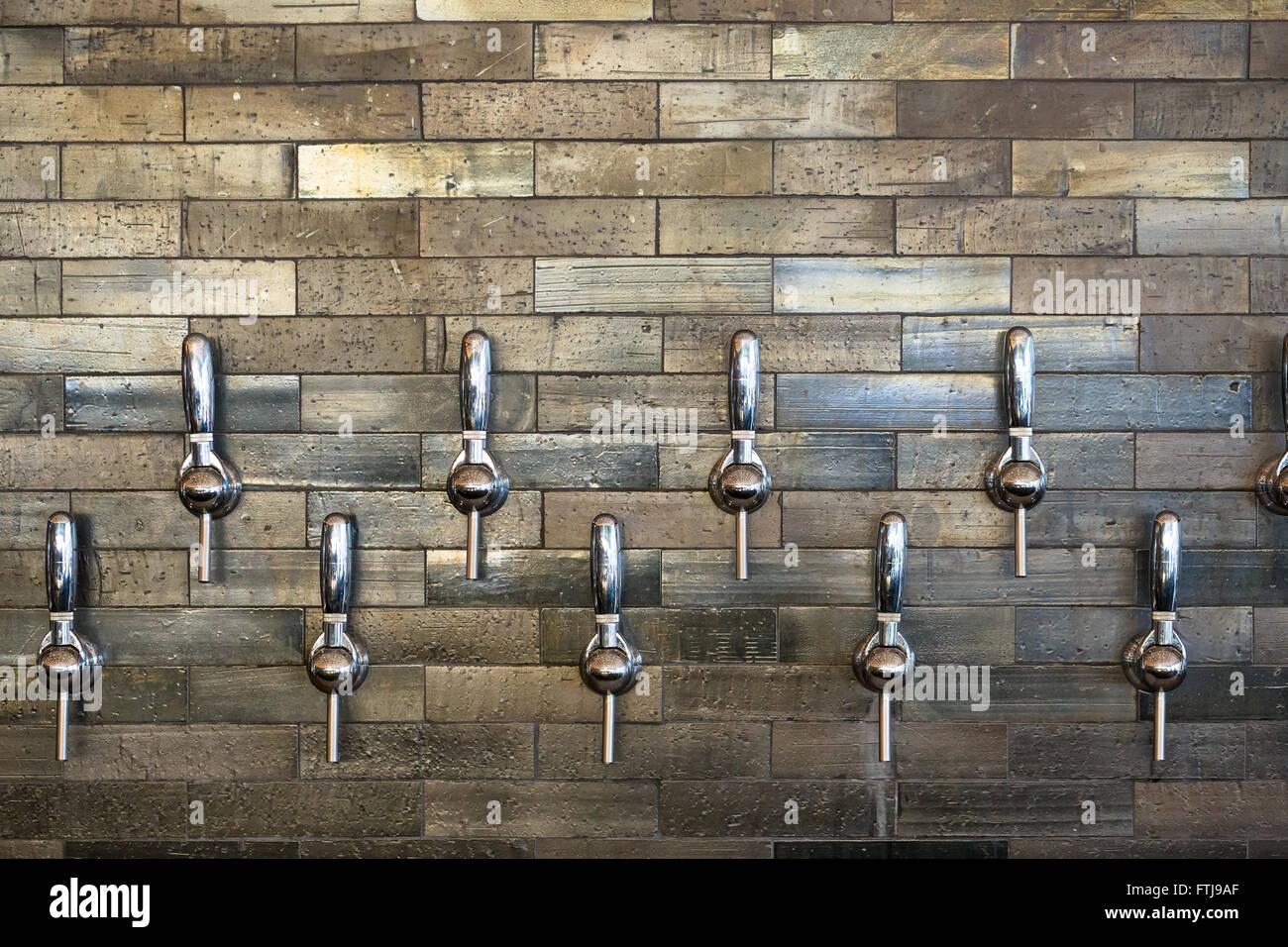 Bierschenke in Portland, Oregon mit mehreren Wasserhahn Griffe für ...