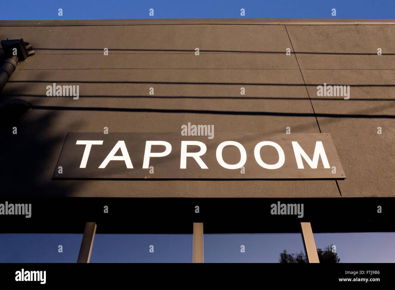 Schankraum Schild an einer beliebten Bierschenke mit Craft Bier und ...