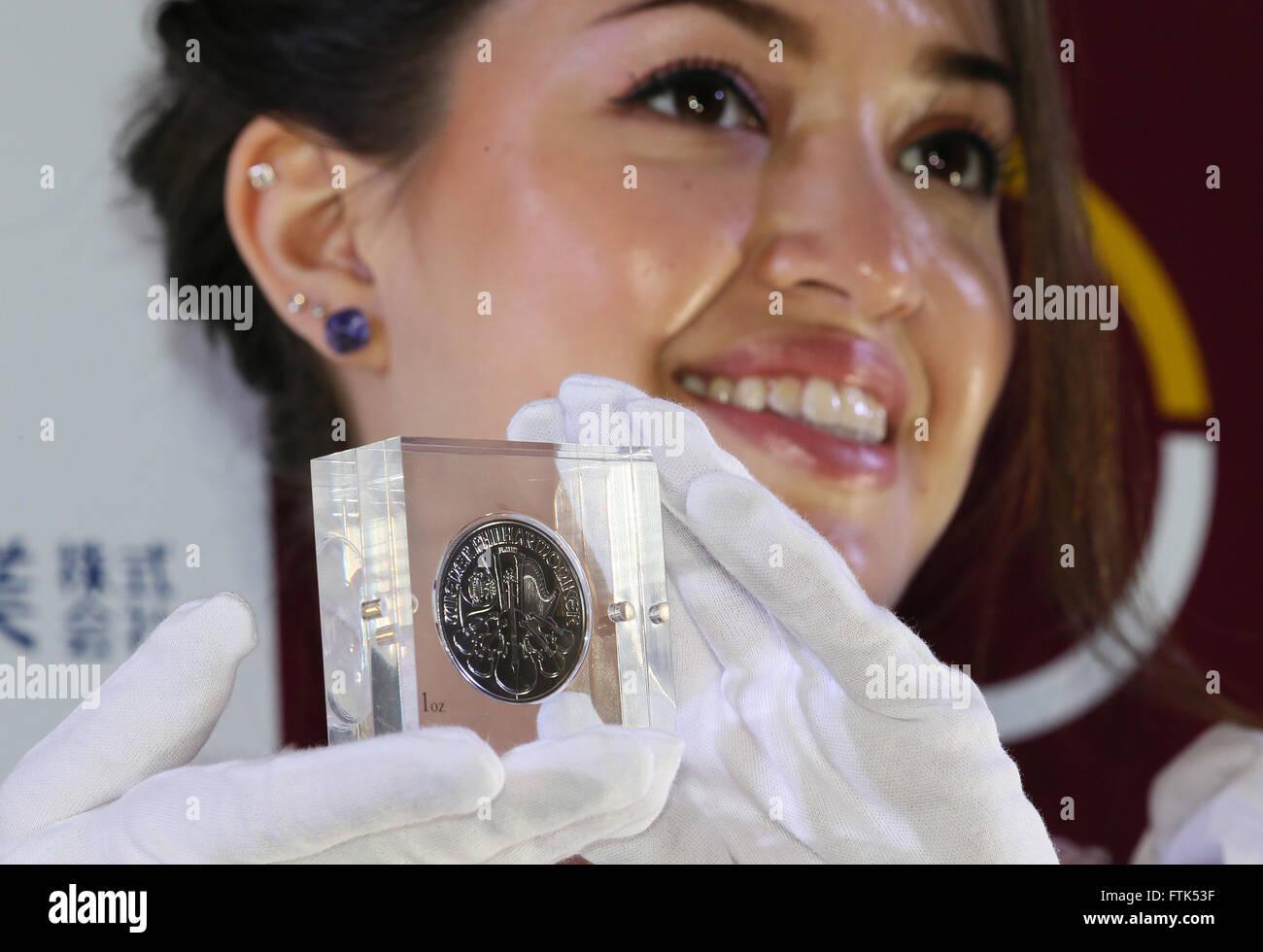 Tokio Japan 30 März 2016 Ein Modell Zeigt Die Münze österreich 1