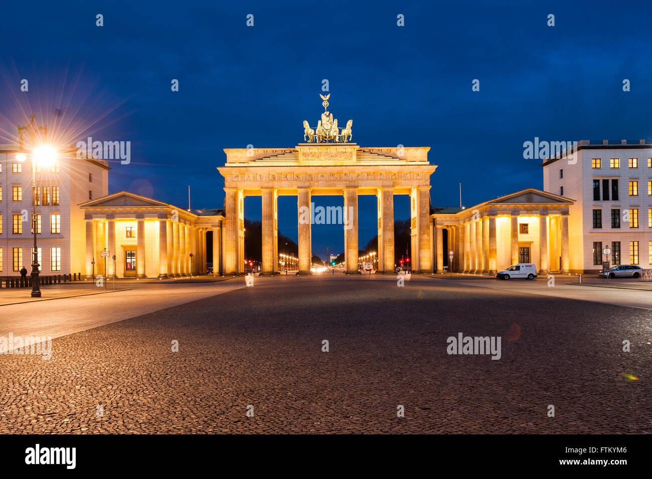 Brandenburger Tor (Brandenburger Tor), Berlin, Deutschland in der Dämmerung Stockbild