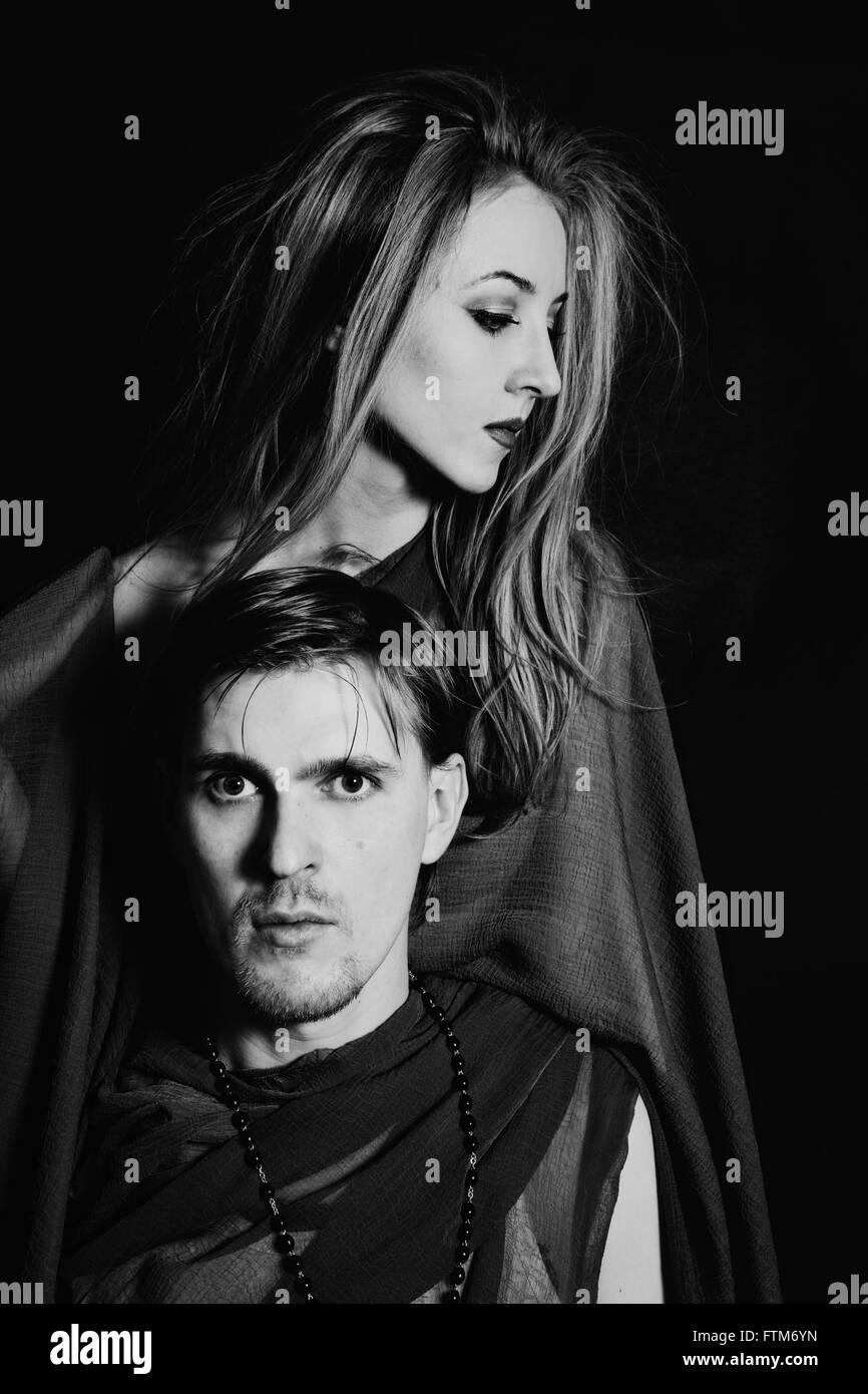 junger Mann und Frau auf schwarzem Hintergrund Stockfoto