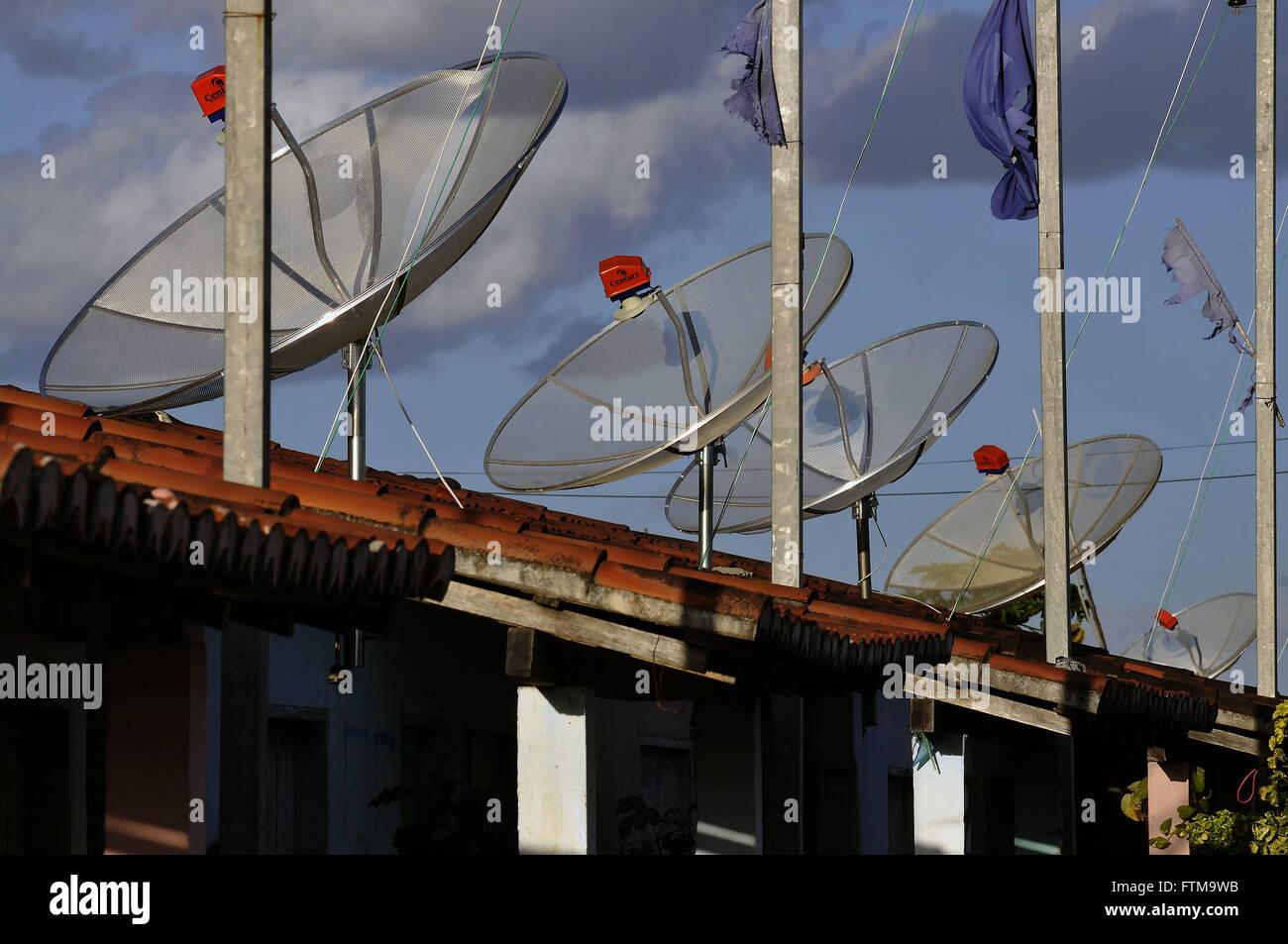 Parabolantennen an den Häusern Gehäuse installiert Stockbild