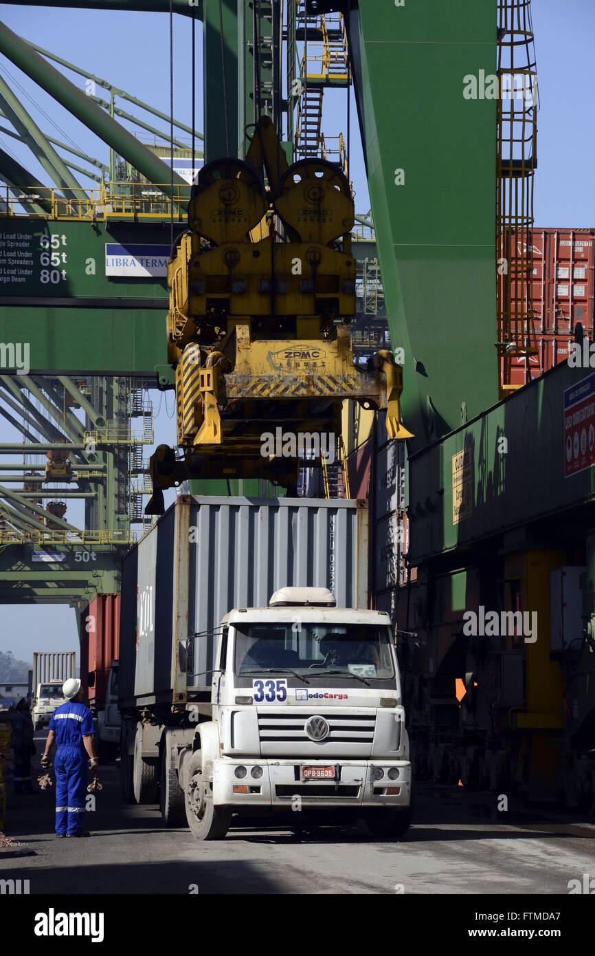 Arbeiter, die Überwachung der Beseitigung der Container vom LKW, laden zu versenden Stockfoto