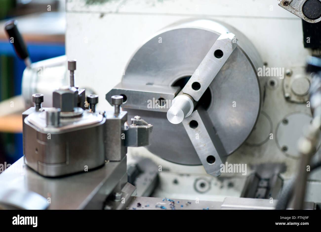 Nahaufnahme Detail von einem industriellen Drehmaschine in einer Fabrik oder Werkstatt für die Herstellung Stockbild