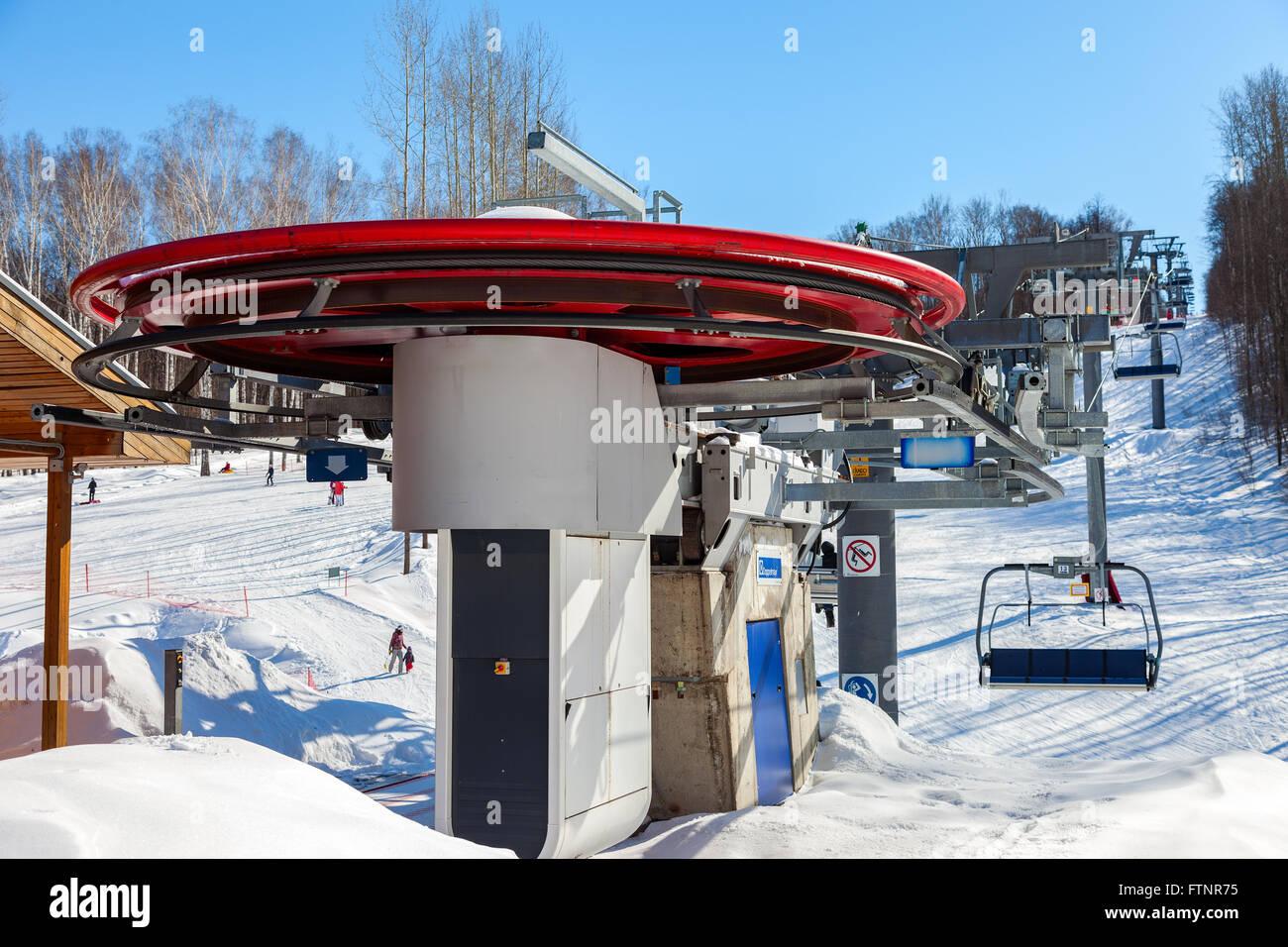 "Sesselbahn im Skigebiet ""Krasnaya Glinka"" Mountain in sonnigen Wintertag in Samara, Russland Stockfoto"
