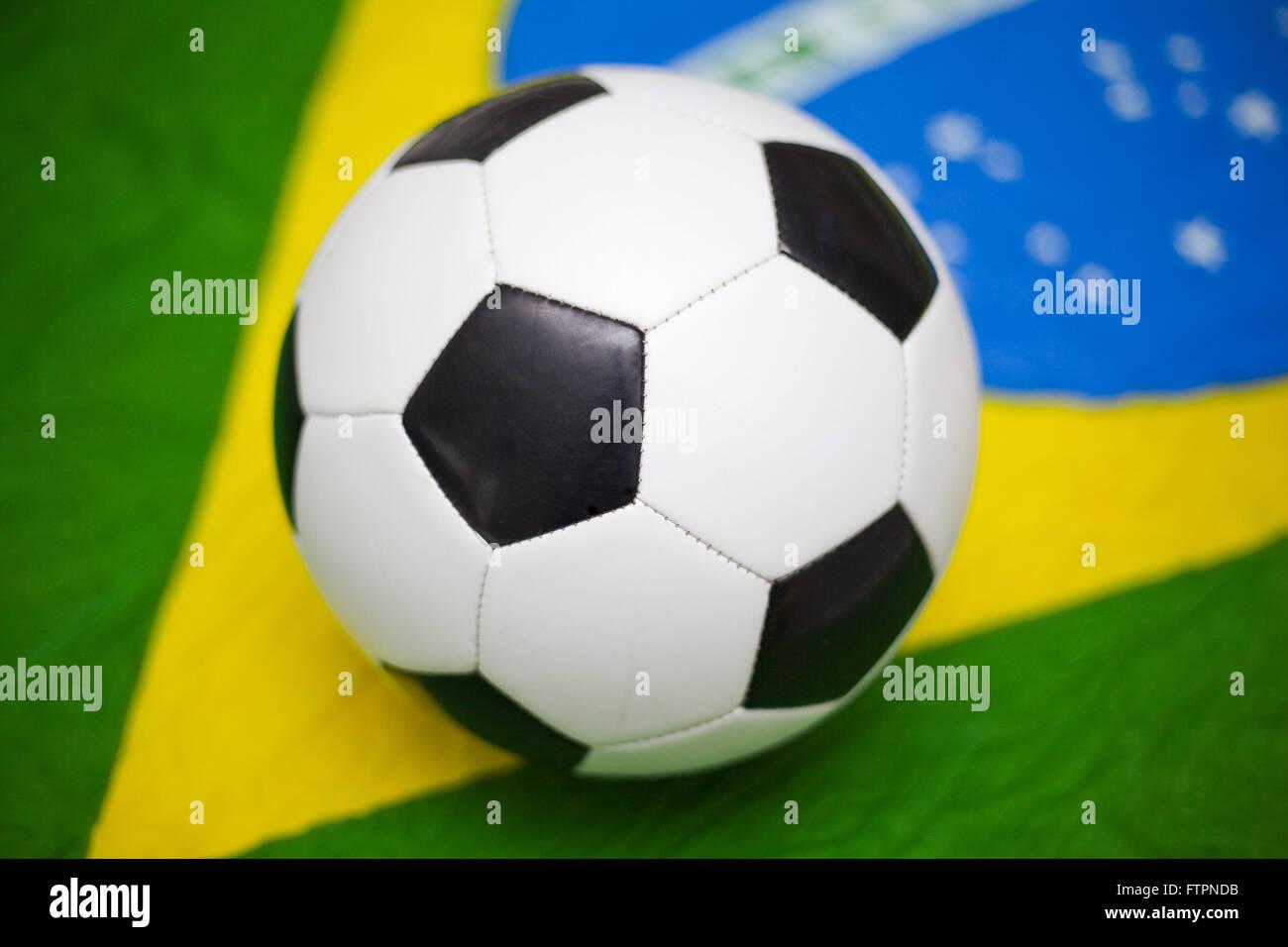 Fußball und brasilianische Flagge Stockbild
