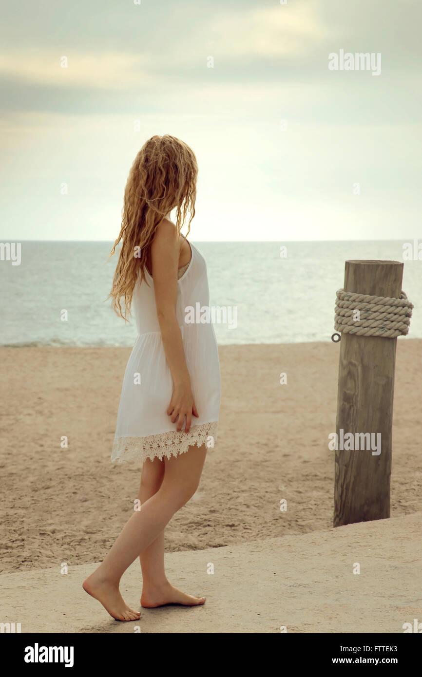 Blonde Frau zu Fuß am Strand Stockbild