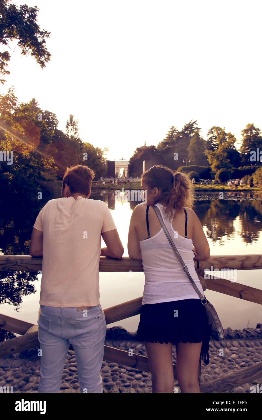 Junges Paar in der Nähe von Teich Stockbild