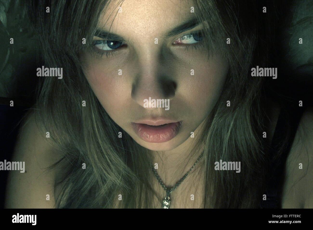 Junge Frau Thriller closeup Stockfoto