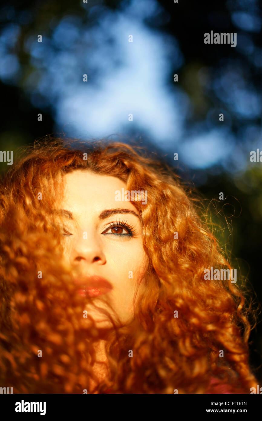 Lockige Frau Closeup in goldene Stunde Stockbild