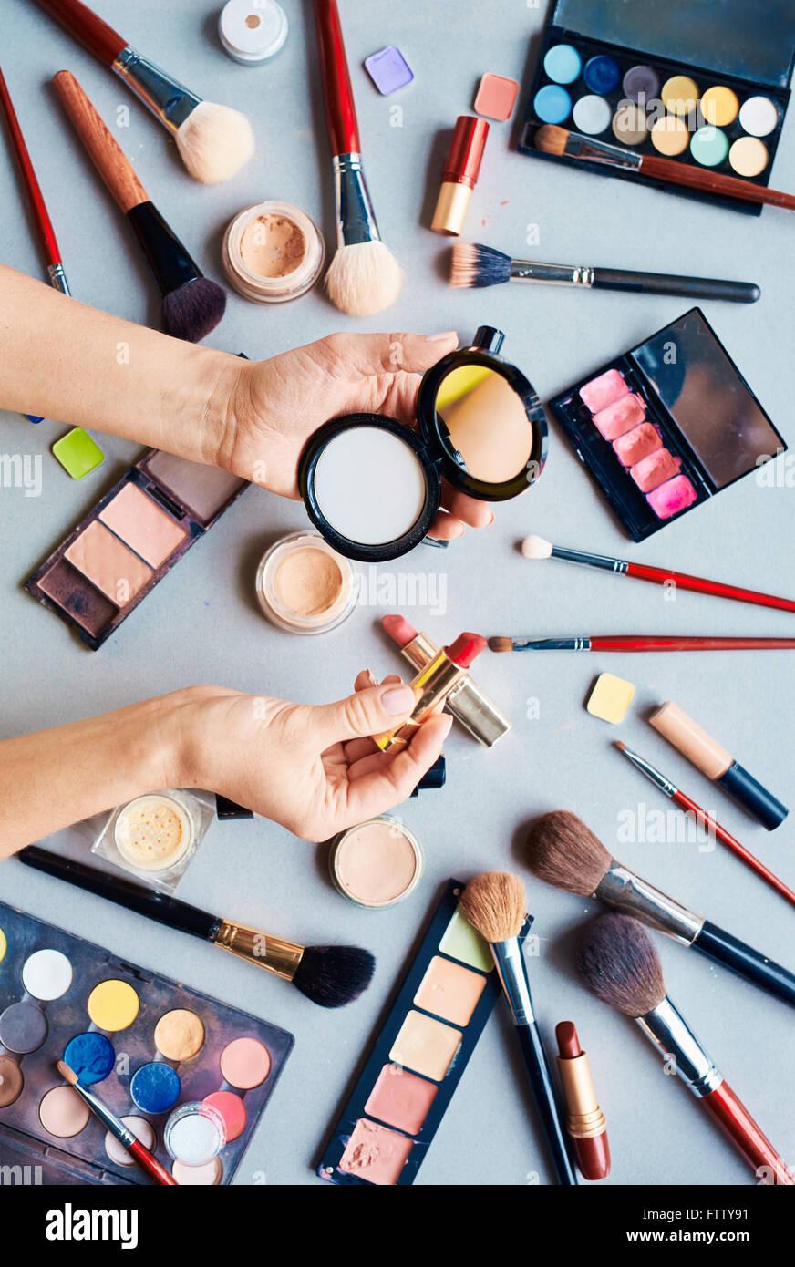 Kosmetikerin mit Puder und Lippenstift Stockbild