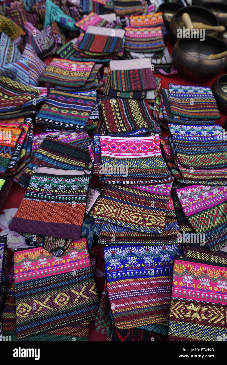 c3a733d7884d3 bunte Hügel Stamm Handwerk Geldbörse in Chiang Mai-Basar Stockfoto ...