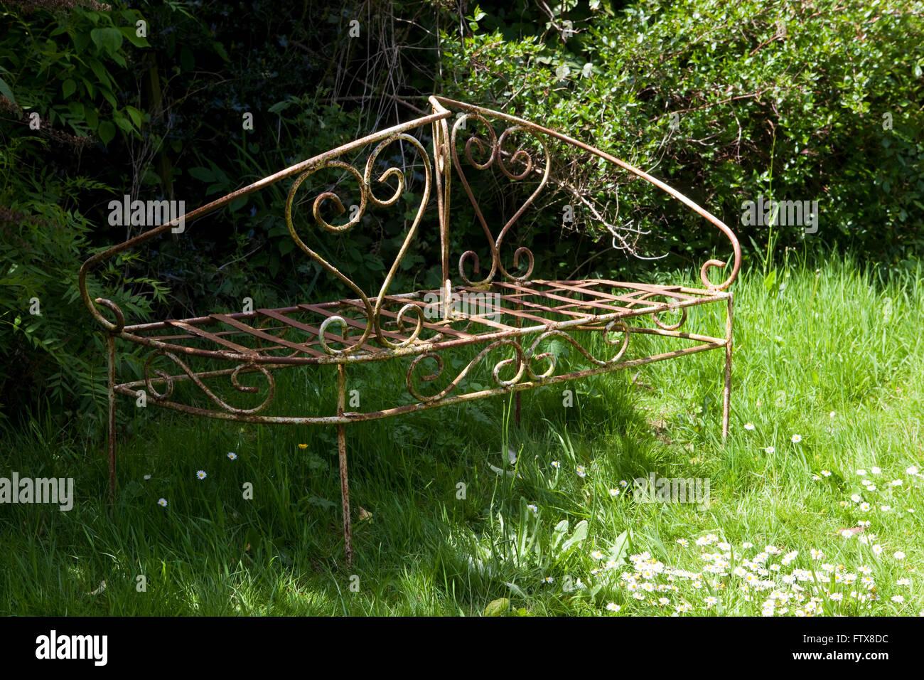 Alte Garten Möbel Aus Eisen Etc. In Einem Verwilderten Garten Sitzen.  Stockbild