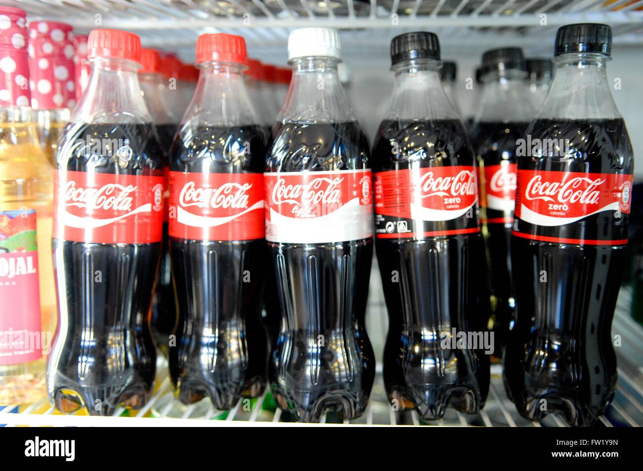 Red Bull Cola Kühlschrank : Flaschen von coca cola im kühlschrank stockfoto bild